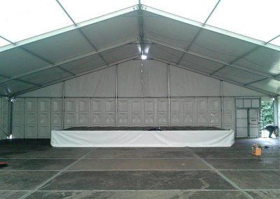 Podium in een aluminium hal van 20 meter